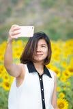 Unga kvinnor som gör selfie Arkivfoto