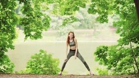 Unga kvinnor som gör yogaövningsanseende lager videofilmer
