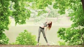 Unga kvinnor som gör yogaövningsanseende stock video
