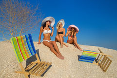 Unga kvinnor som kopplar av på strand Arkivfoto