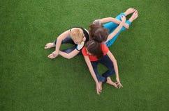 Unga kvinnor som ligger på grönt gräs Unga kvinnor Royaltyfri Foto