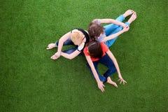 Unga kvinnor som ligger på grönt gräs Unga kvinnor Royaltyfri Bild