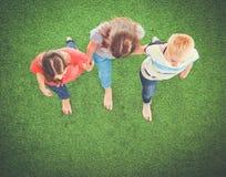 Unga kvinnor som ligger på grönt gräs Unga kvinnor Arkivbild