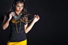 Unga kvinnor som poserar med modehalsbandet Royaltyfri Foto