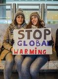 Unga kvinnor som rymmer en handgjord affisch med slogan under en protest, samlar organiserat av ungdomen för klimat arkivbilder