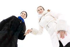 Unga kvinnor som rymmer händer royaltyfria foton