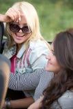 Unga kvinnor som skrattar i bil arkivbild
