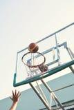 Unga kvinnor som spelar basket Arkivfoton