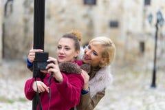 Unga kvinnor som tar selfie Arkivbilder