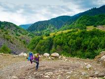 Unga kvinnor som trekking i Svaneti Royaltyfri Foto