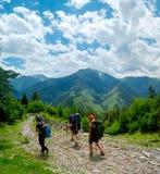 Unga kvinnor som trekking i Svaneti, Royaltyfri Foto