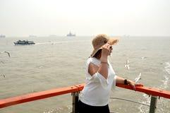 Unga kvinnor som tycker om havsvatten i det mumbai havet arkivbild