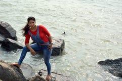 Unga kvinnor som tycker om havsvatten i det mumbai havet royaltyfria bilder