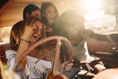 Unga kvinnor som tycker om på vägturen Fotografering för Bildbyråer