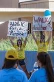 Unga kvinnor som uppmuntrar AIDSwalk deltagare Arkivfoto