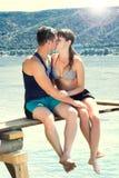 Unga kyssande par Arkivfoton