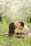 Unga kyssande par royaltyfria foton