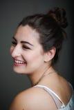 Unga latinamerikanska kvinnor som tillfälligt ler Royaltyfri Fotografi