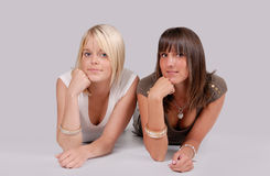 unga le kvinnor för par Arkivfoto