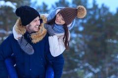 Unga le par som utomhus tillsammans går Royaltyfri Fotografi