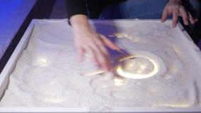 Unga lekar för en moder med hennes son i ett salt rum Tillsammans drar de modeller på en lysande tabell stock video