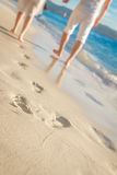 Unga älska par som går vid den tropiska stranden Arkivbilder