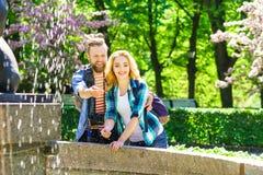 Unga ?lska par som har datumet i staden fotografering för bildbyråer