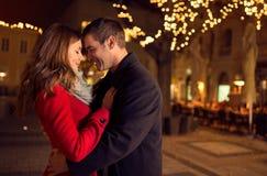 Unga lyckliga attraktiva amorösa par som utomhus omfamnar Royaltyfria Bilder