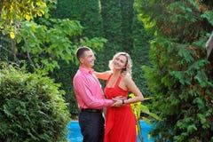 Unga lyckliga attraktiva par som tillsammans går, utomhus Arkivbild