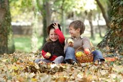 Unga lyckliga barn på naturlig höstbackgrou Fotografering för Bildbyråer