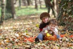 Unga lyckliga barn på naturlig höstbackgrou Arkivfoto