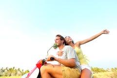 Unga lyckliga fria kopplar ihop förälskat på sparkcykeln Royaltyfri Fotografi