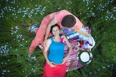 Unga lyckliga härliga gravida par i linnefält Arkivbild