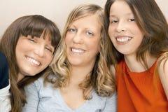 unga lyckliga kvinnor fotografering för bildbyråer