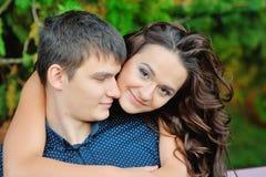 Unga lyckliga le attraktiva par tillsammans utomhus Royaltyfri Fotografi