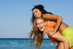 unga lyckliga le kvinnor Fotografering för Bildbyråer