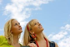 unga lyckliga le kvinnor för vänner Royaltyfri Fotografi