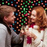 Unga lyckliga le tillfälliga par med wineglasses Arkivbild