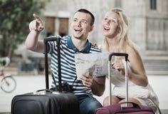 Unga lyckliga man- och kvinnaturister som har översikten Fotografering för Bildbyråer