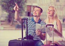 Unga lyckliga man- och kvinnaturister som har översikten Arkivfoton