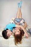 Ung lycklig man och kvinnan Arkivfoton