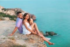 Unga lyckliga mellan skilda raser par på stranden Royaltyfri Fotografi