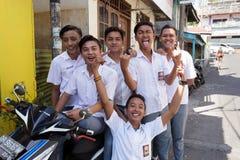 Unga lyckliga muslimstudenter i den vita likformign Royaltyfri Fotografi