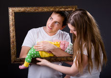 unga lyckliga nyfödda föräldrar för flicka royaltyfria foton