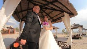 Unga lyckliga nygifta personer som omfamnar och kysser varje stock video
