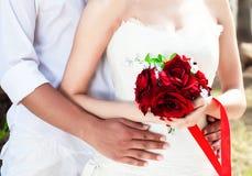Unga lyckliga par av mannen och kvinnan i vit arkivfoton