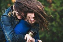 Unga lyckliga par av vänner arkivfoton