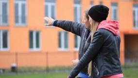 Unga lyckliga par framme av deras nya hus arkivfilmer
