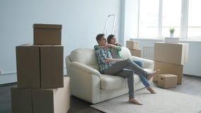 Unga lyckliga par i en ny lägenhet Begreppet av köpande eller hyr en ny egenskap arkivfilmer