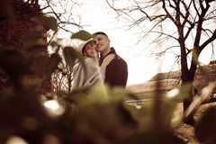 Unga lyckliga par i kram Royaltyfria Foton